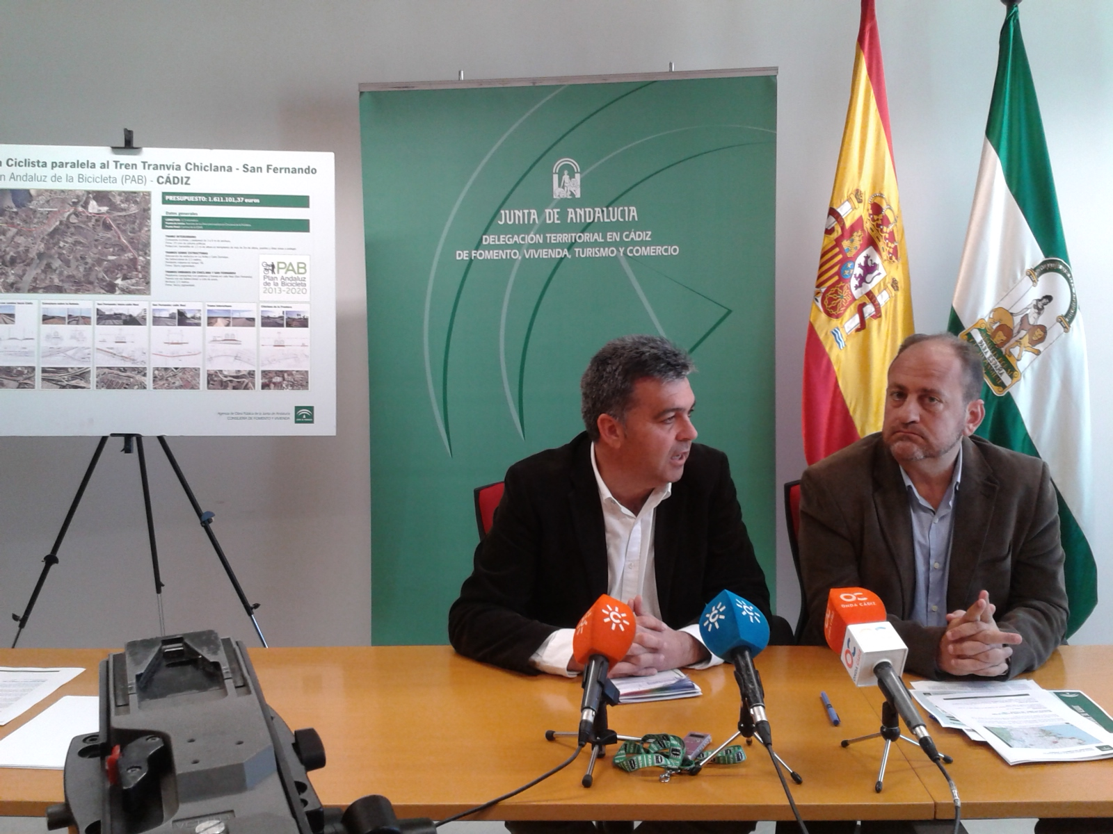 El viceconsejero de Fomento y Vivienda presenta la vía ciclista junto al delegado territorial de Cádiz.