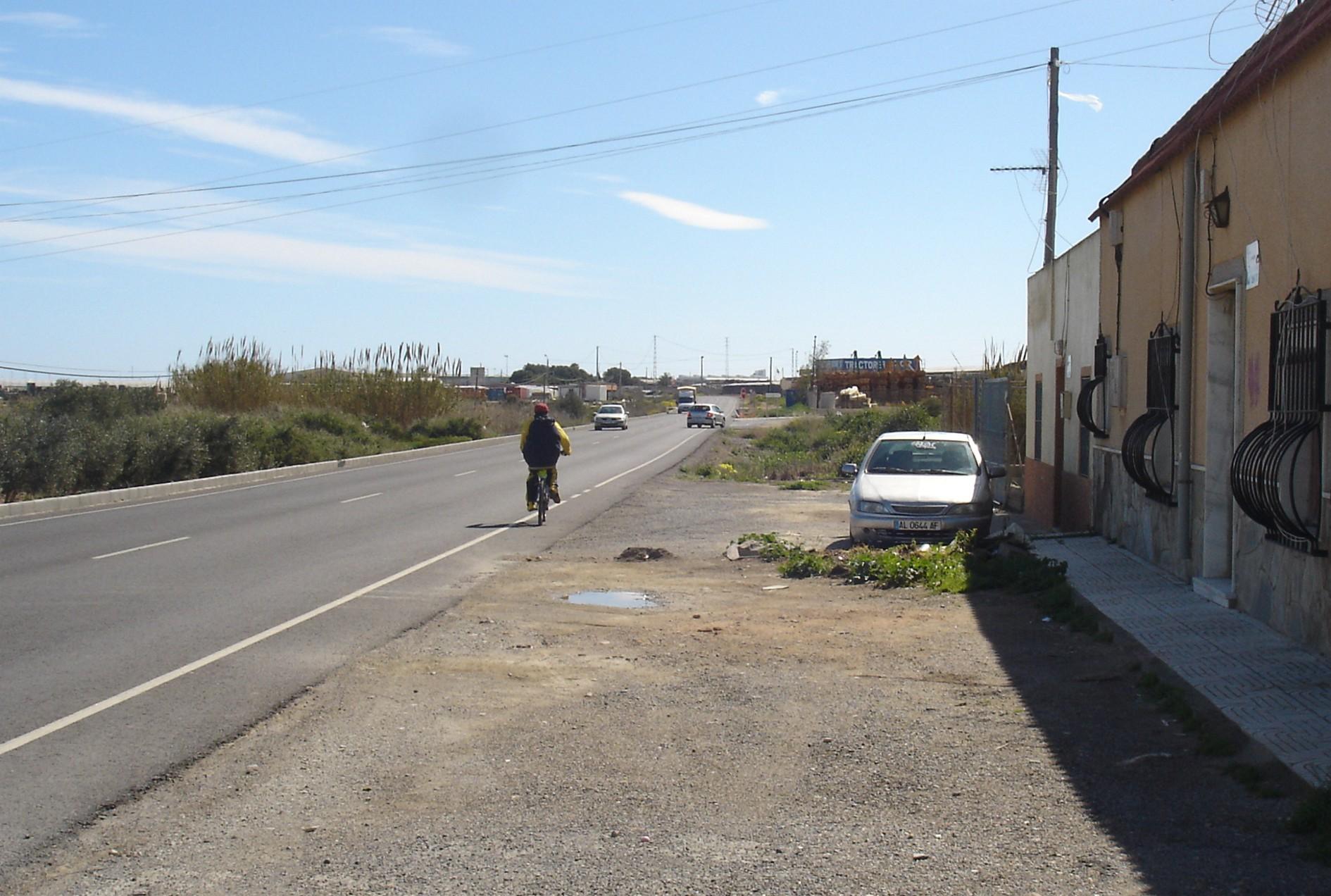 La carretera de El Ejido a La Mojonera, con una media de 10.000 vehículos/diarios, tiene también mucho tráfico de bicicletas.