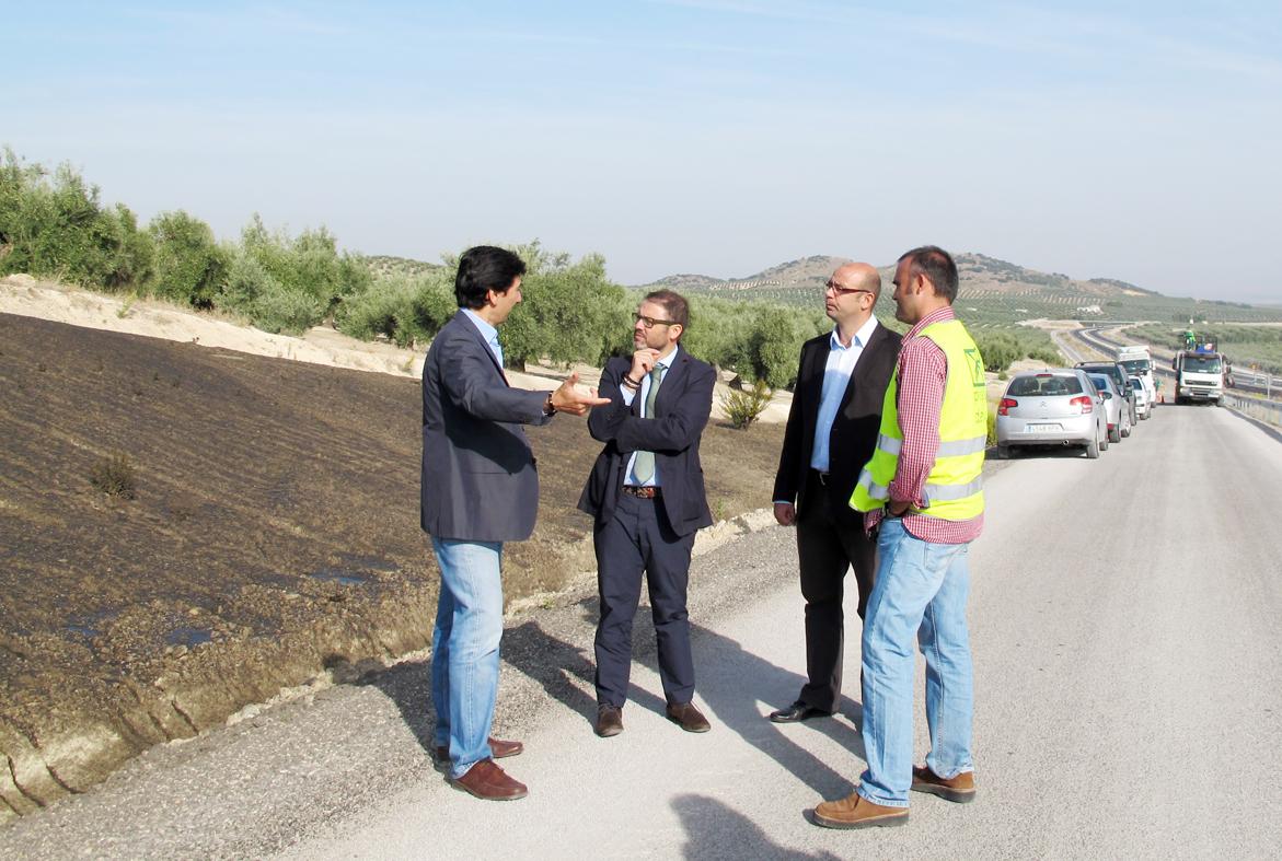 El delegado provincial de Obras Públicas de Jaén visita la aplicación de estos lodos en los taludes de la Autovía.
