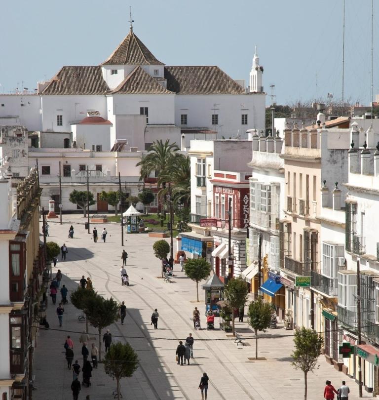 imagen del la Calle Real, eje del trazado tranviario en San Fernando que ha sido objeto de peatonalización y reurbanización integral