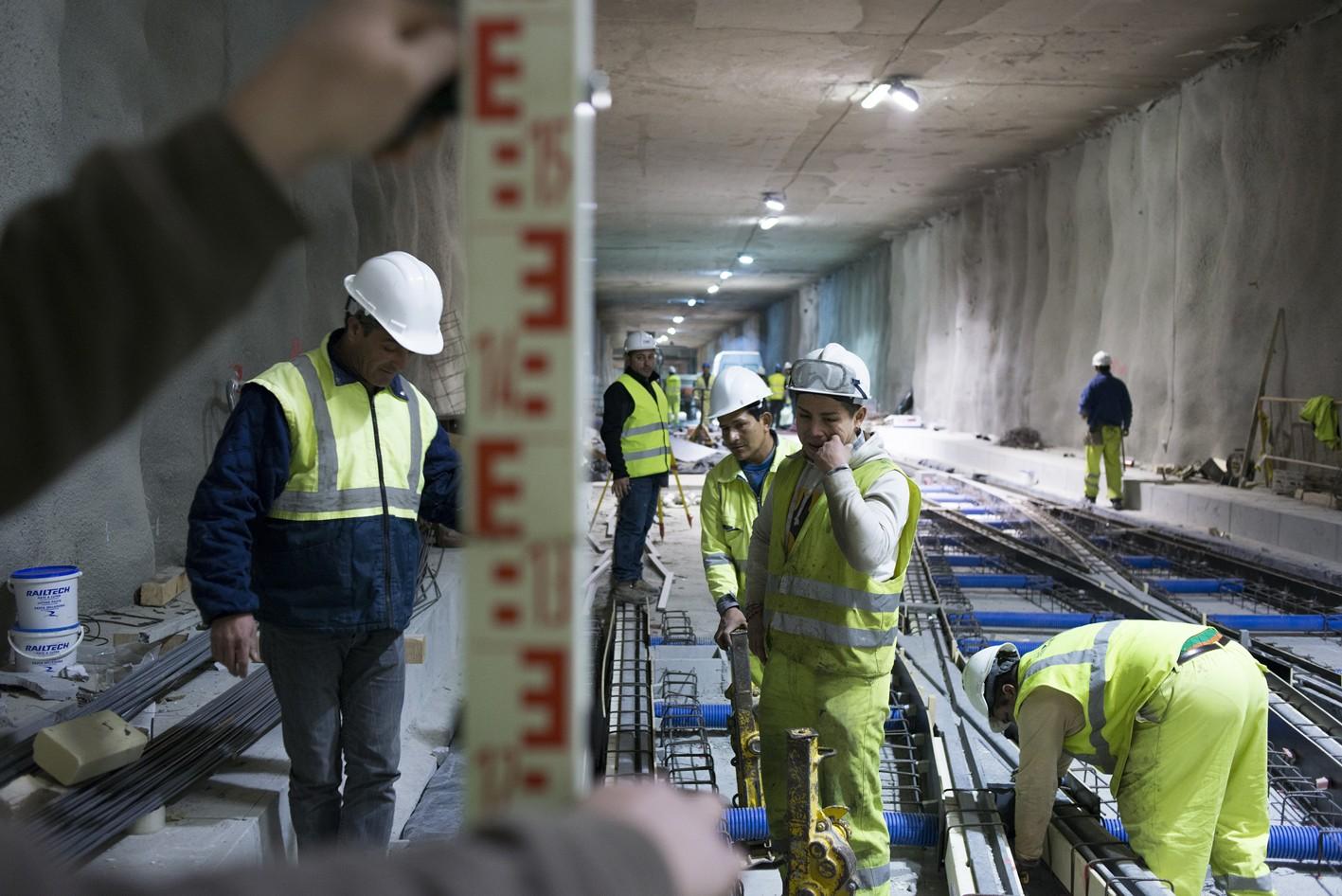 Trabajadores de metro de Granada en el túnel bajo el Camino de Ronda.