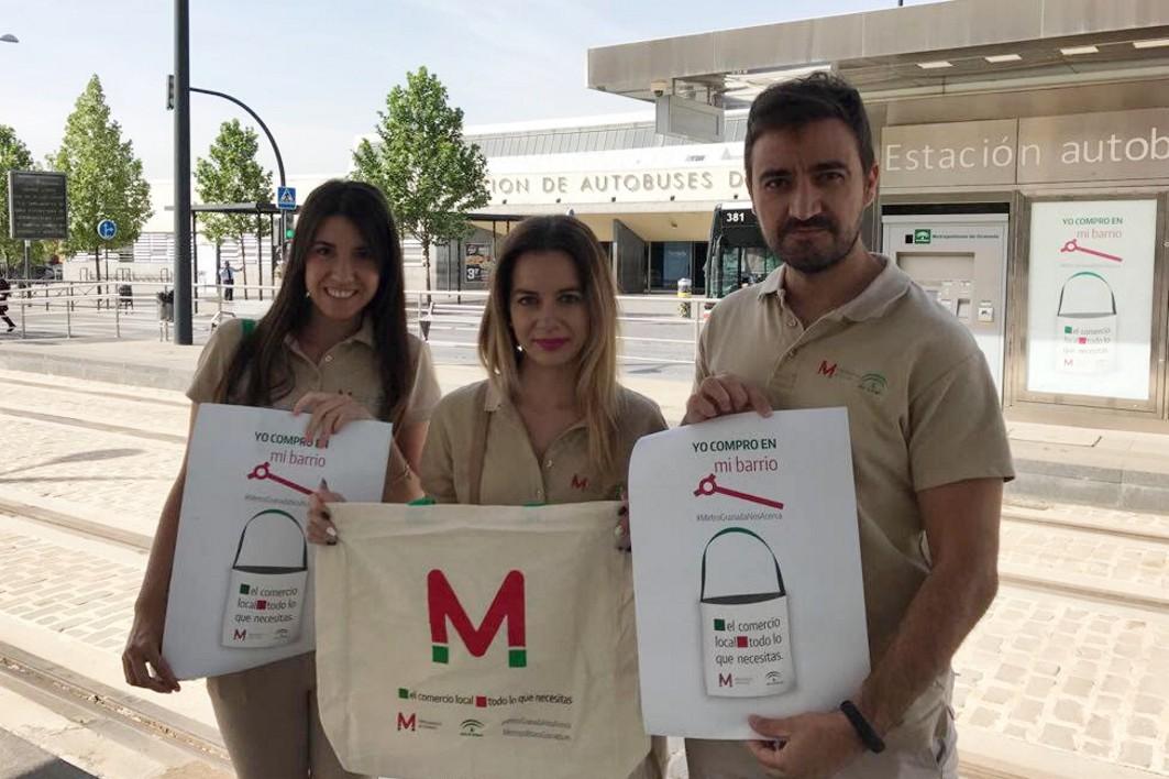 Los metroguías visitan los comercios alrededor de la Estación de Autobuses de Granada.
