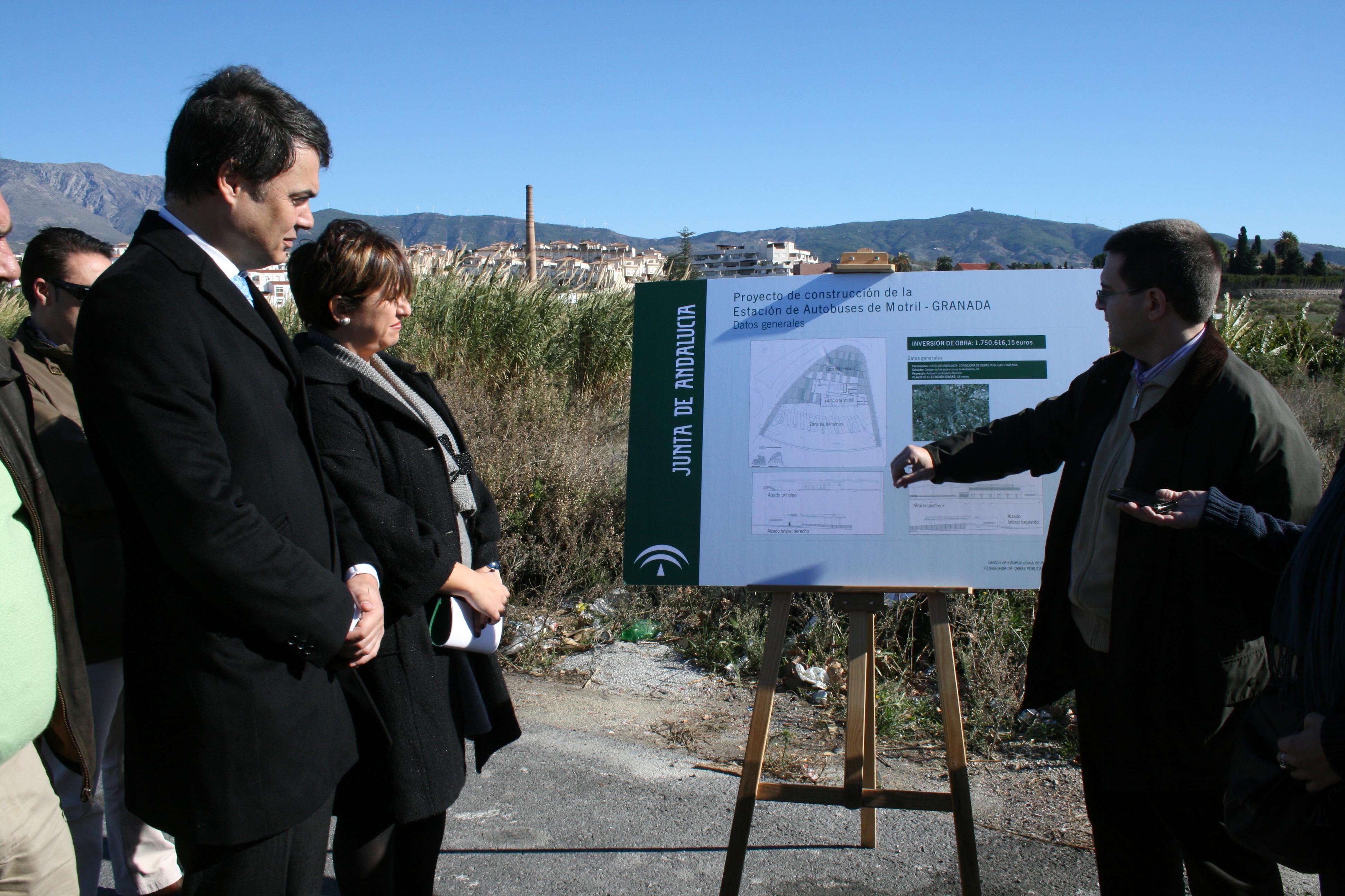La delegada provincial de Obras Públicas y Vivienda explica al alcalde de Motril las características de la futura estación.