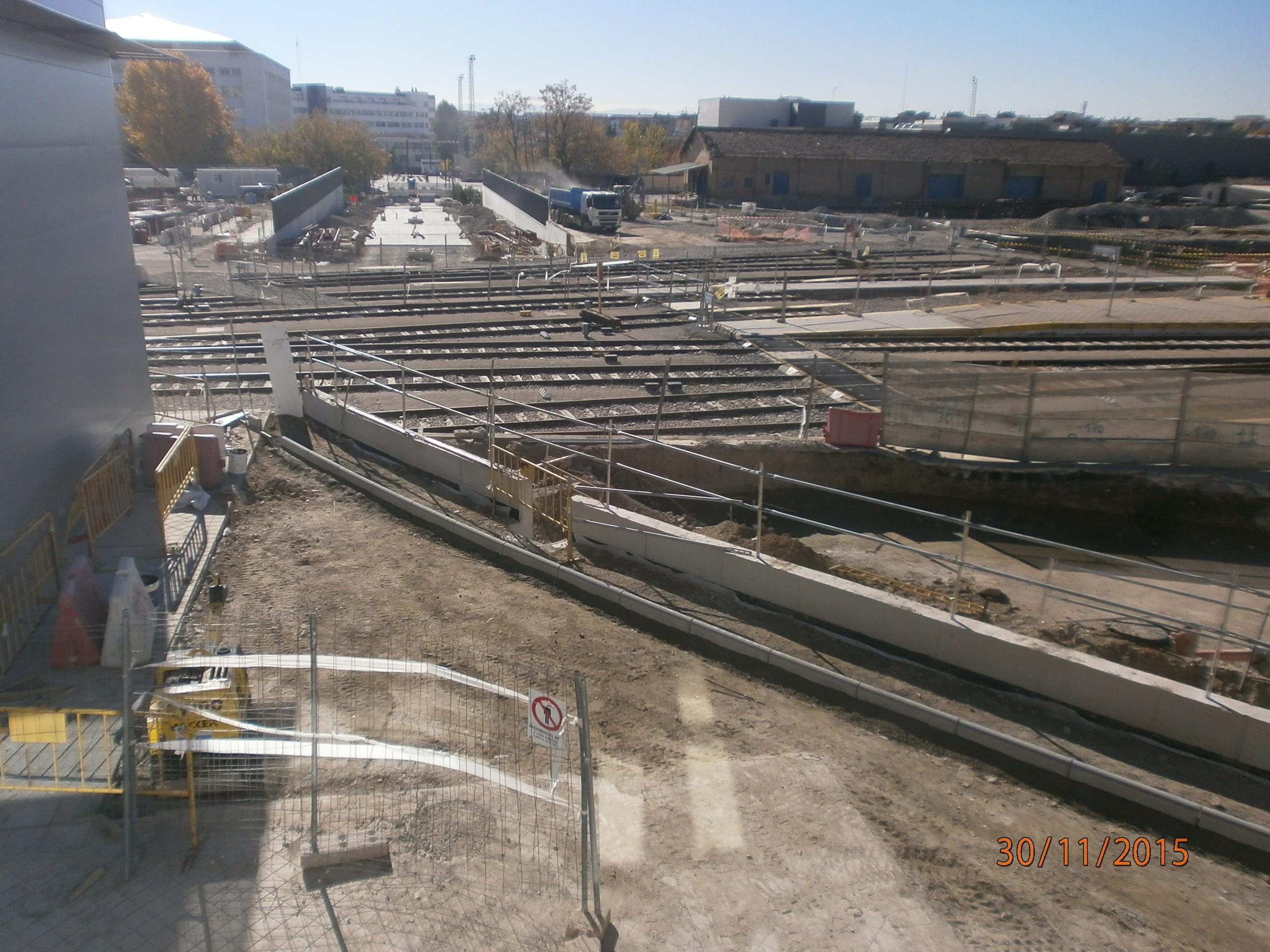 Imagen de las obras del paso del metro por  la estación FFCC de Granada y su playa de vías.