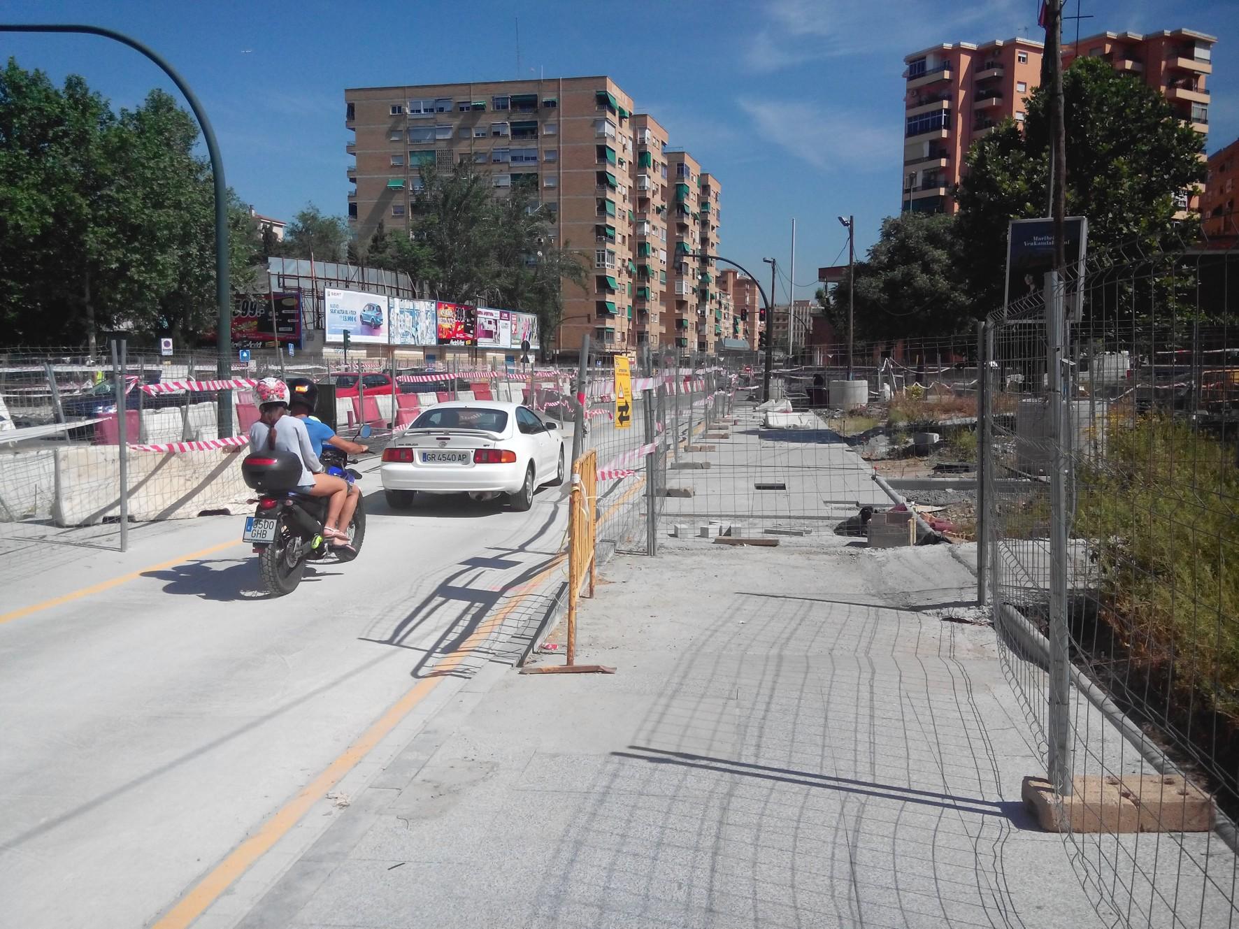 Metro de Granada ha comenzado los trabajos en la parte central de la calle Andrés Segovia, donde va ubicada la plataforma del ferrocarril.