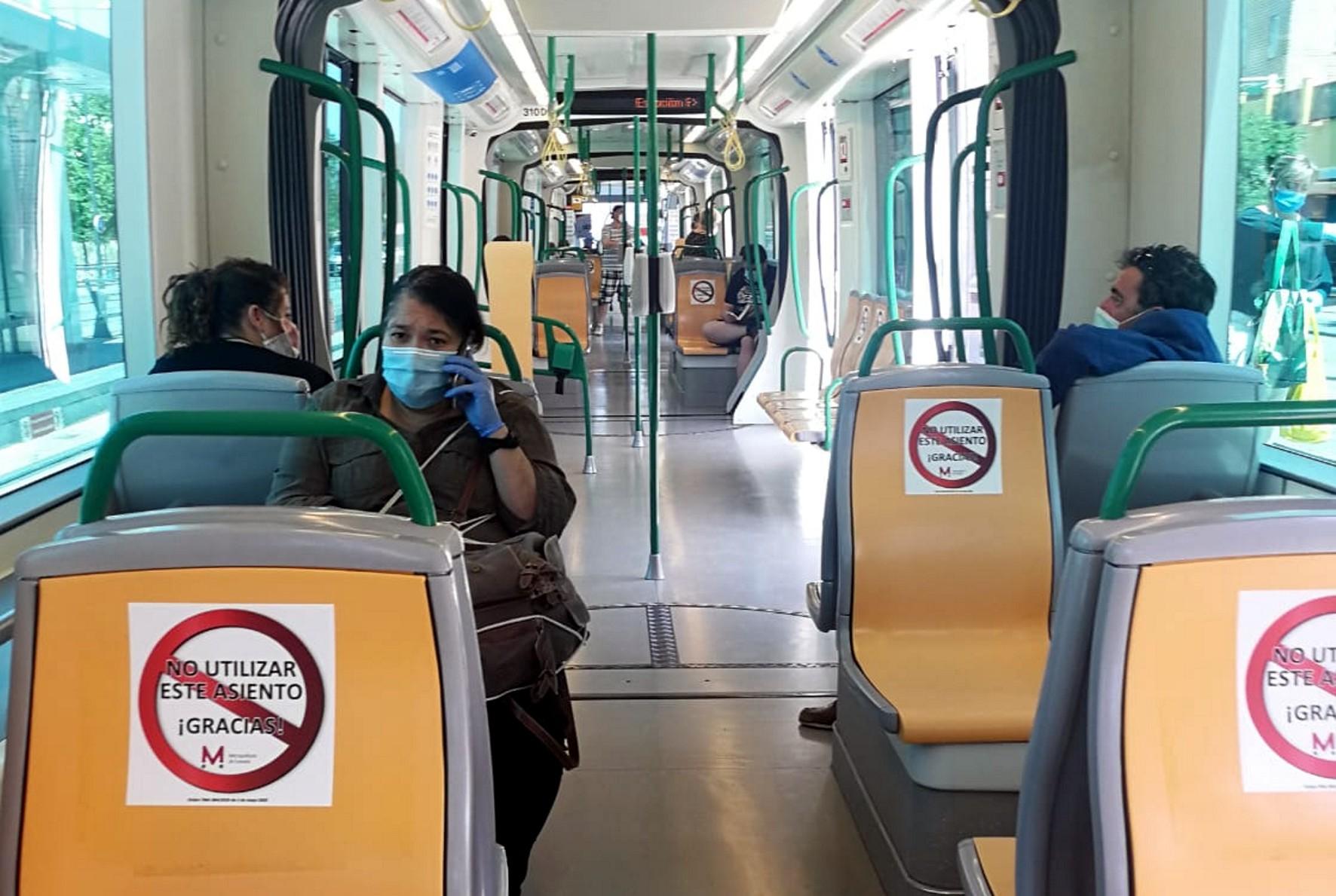 El número de viajeros ha descendido durante el mes de abril.