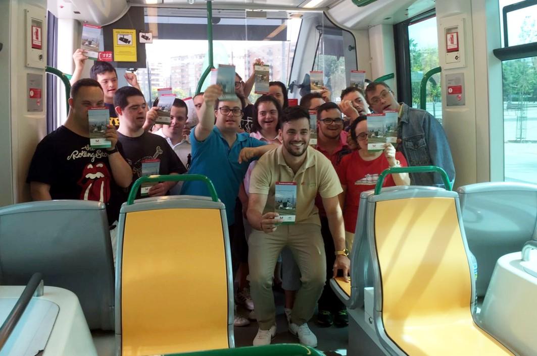 Más de 100 personas han visitado hoy el metro estacionado en Argentinita.