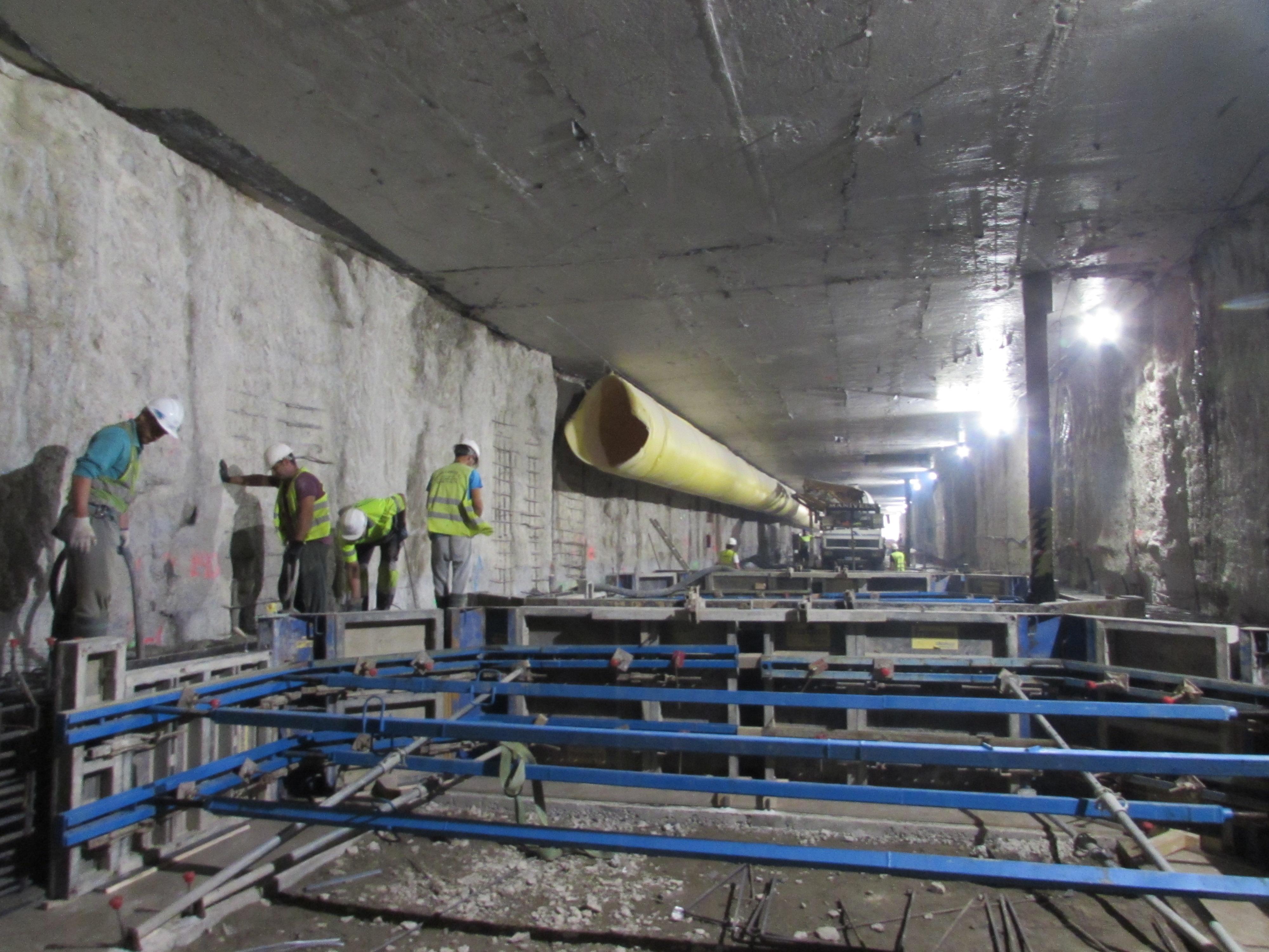 Operarios trabajando en el nivel intermedio del túnel entre Guadalmedina y Atarazanas del Metro de Málaga.
