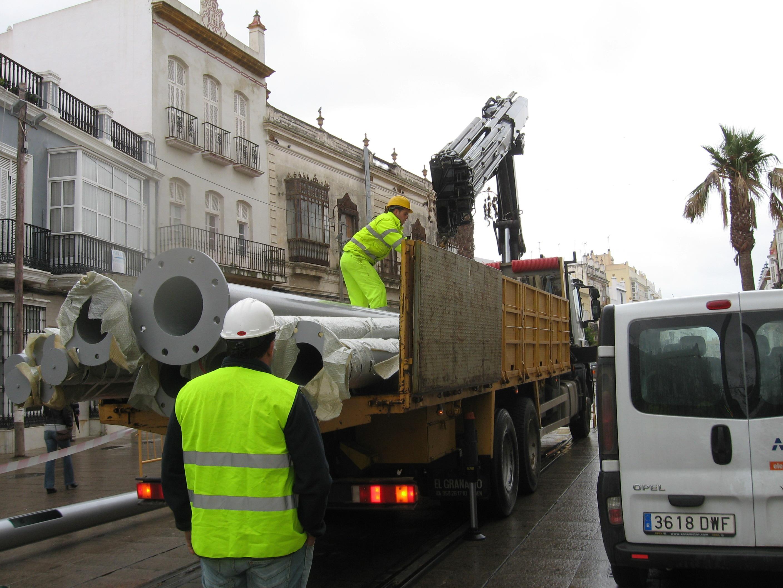 Trabajos para la colocación de las farolas-catenarias del Tren Tranvía de la Bahía de Cádiz